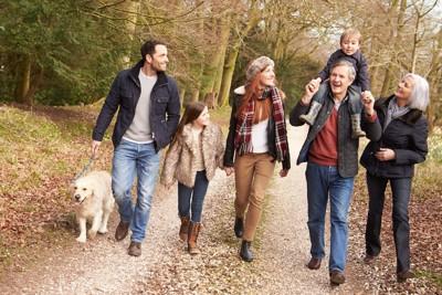 犬を散歩させている家族