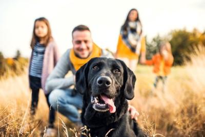 幸せそうな犬と家族