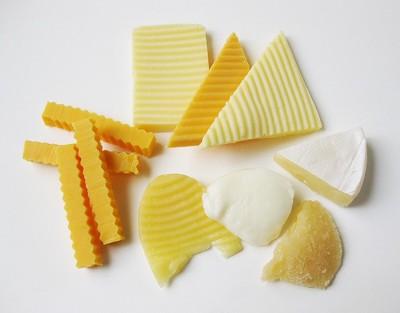 切って並べられたチーズ