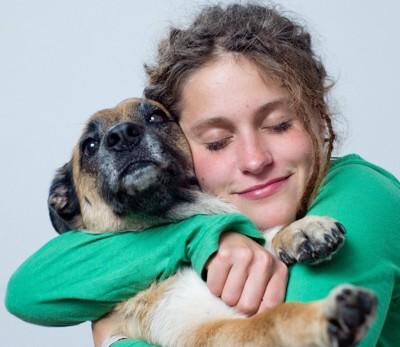 犬を抱き締める女性