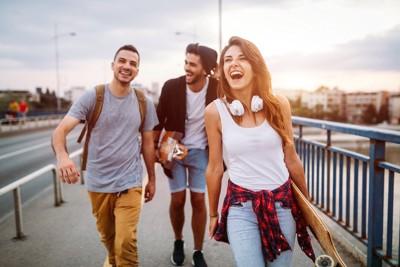 笑顔で仲間と歩く人