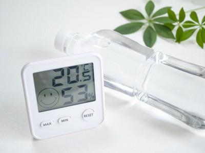 湿度計とペットボトル
