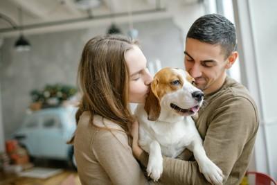 犬を抱いて可愛がっているカップル