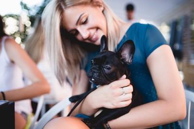 カフェにいる女性と犬