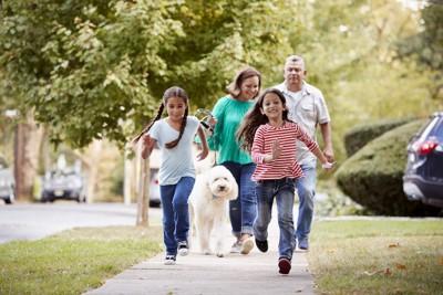 散歩する家族と走る子供