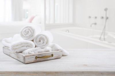 浴室と丸めた白いタオル