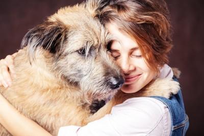 大きな犬とハグをする女性