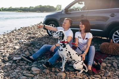 車で河原に来た家族と犬