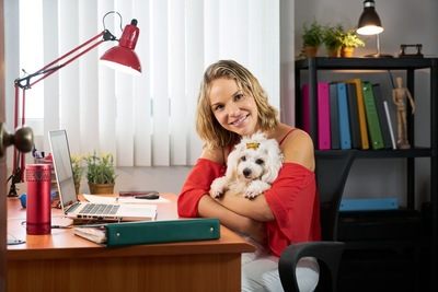 オフィスに居る女性と犬