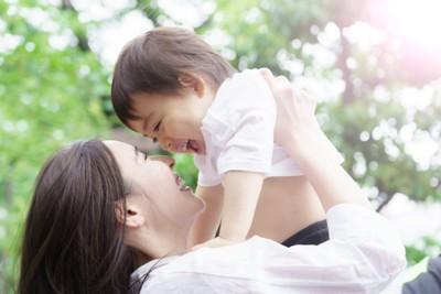 笑顔で子供を抱き上げるお母さん