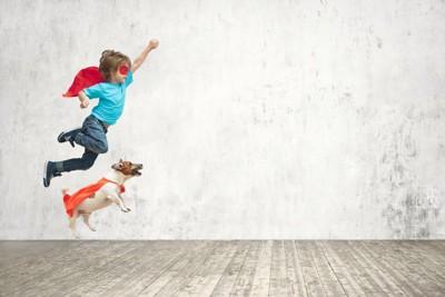 スーパーマンになった子供と犬