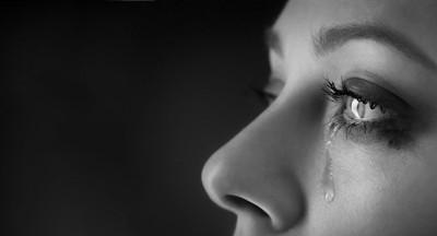 涙を流す女性の顔アップ