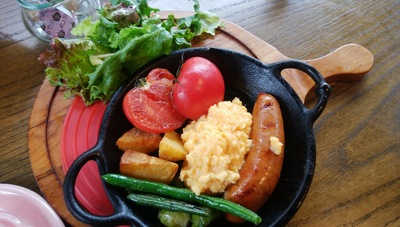 粗挽きソーセージw/丸ごとトマトのグリル