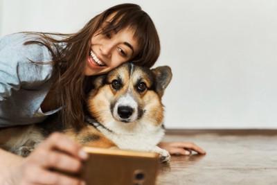 愛犬と一緒に自撮り撮影する女性