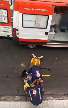 担架にのせられた男性と救急隊員
