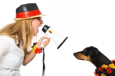 犬に拡声器で話す女性