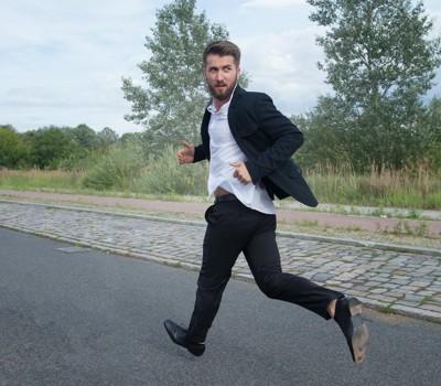 振り返りながら走って逃げる男性