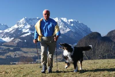 登山をする犬と老人