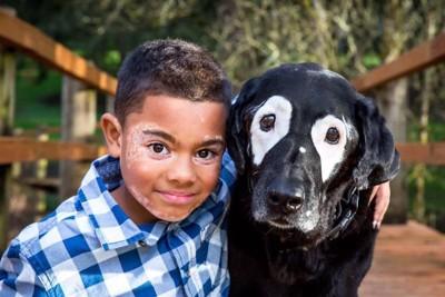 外で遊ぶ犬と子供
