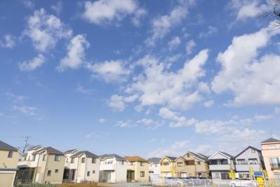 日本の住宅街と青空