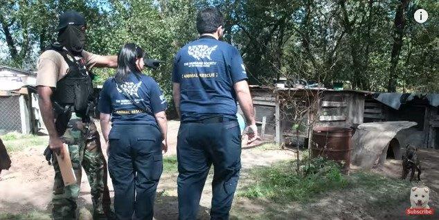 違法な飼育場に警察と保護団体が踏み込む