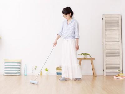 粘着クリーナーで掃除する女性