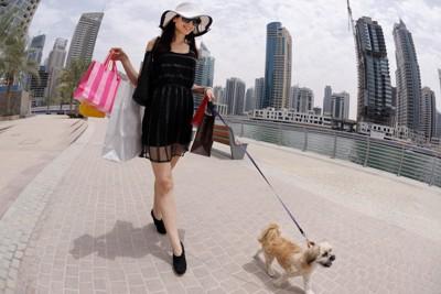 犬を連れて歩く女性