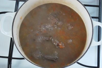鍋で煮ている写真