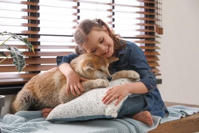 女の子と子犬