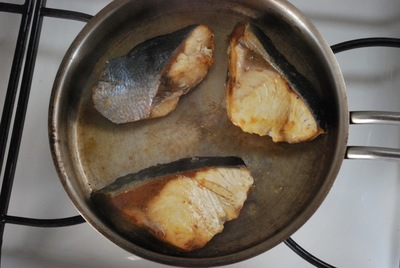 フライパンで鰤を焼いている写真