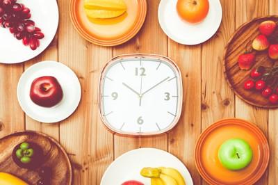 時計とフルーツ