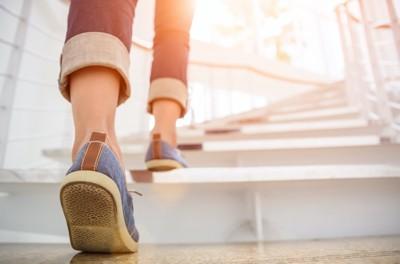 階段を上る人の足元