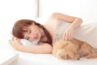犬と寝ている女性