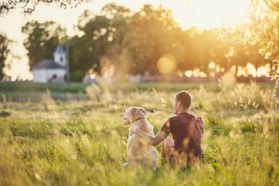 犬と飼い主の後ろ姿の写真