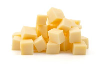 四角くカットされたチーズ