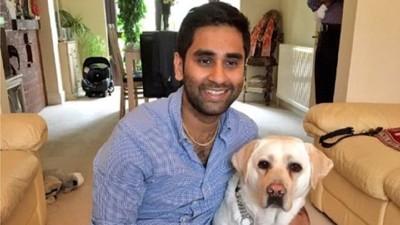 笑顔の男性と盲導犬