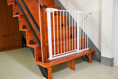 階段の入り口に白い柵を設置してある