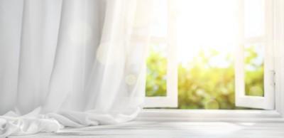 開けられた部屋の窓