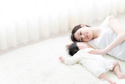 一緒に眠る赤ちゃんとお母さん