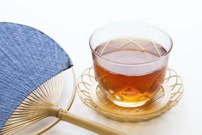 グラスに入った麦茶