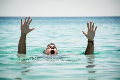 溺れそうな人