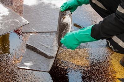 流出した油を吸着材で処理している様子