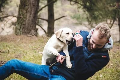 飼い主の男性にタックルする子犬