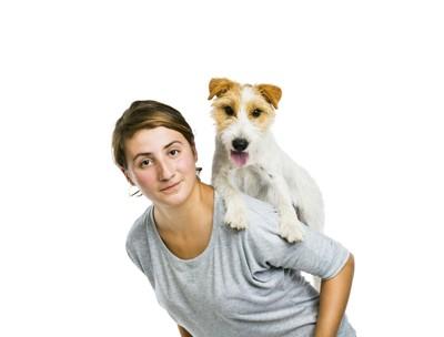 飼い主さんと背負われた犬