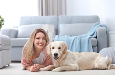 部屋でくつろぐ笑顔の女性と犬