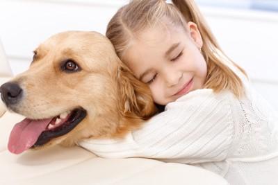 犬に抱きつく子ども