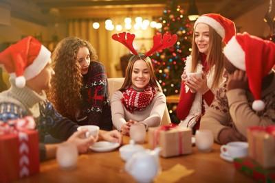 クリスマスのホームパーティをする人たち