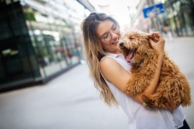 街中で犬を抱く女性