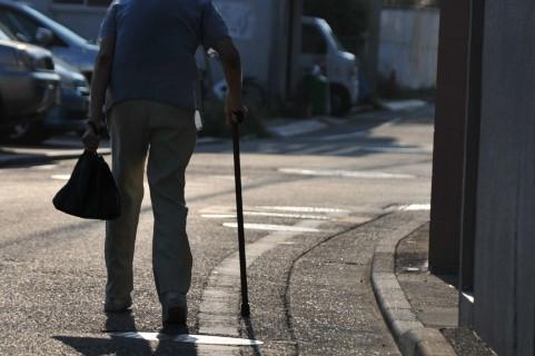 杖をついている人影