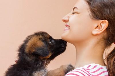 女性のアゴに鼻をつける子犬